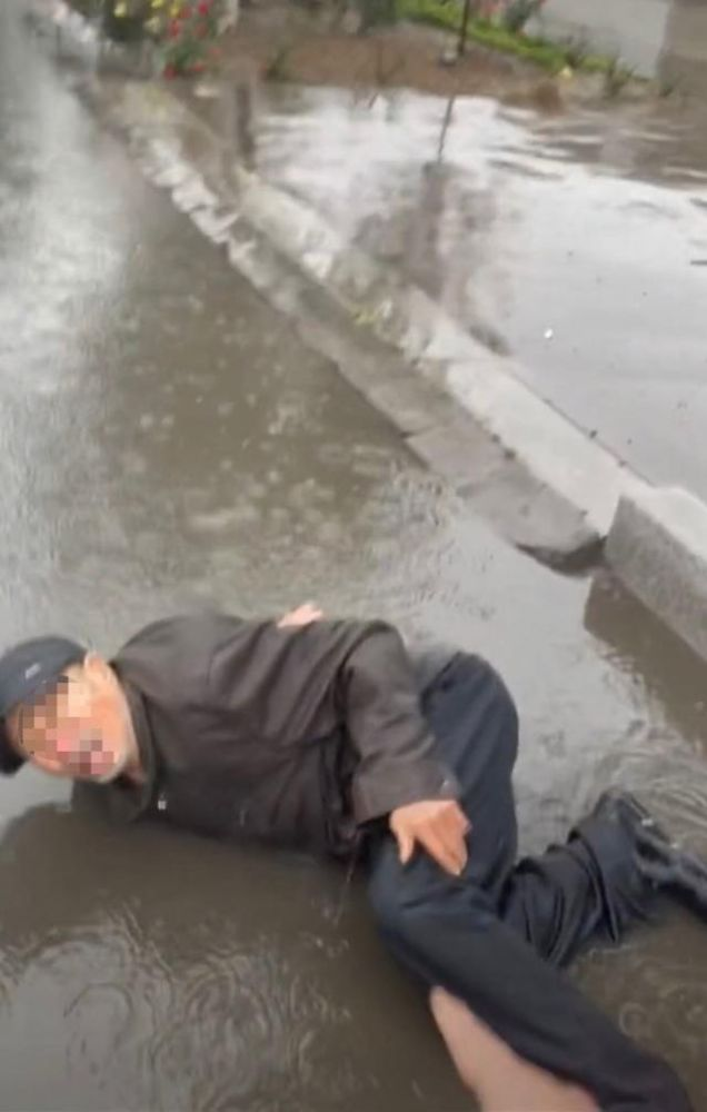 男子雨中欲扶摔倒老人又不敢 录视频自保:叔 别讹我