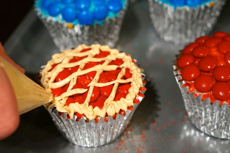 make cupcakes look like mini pies