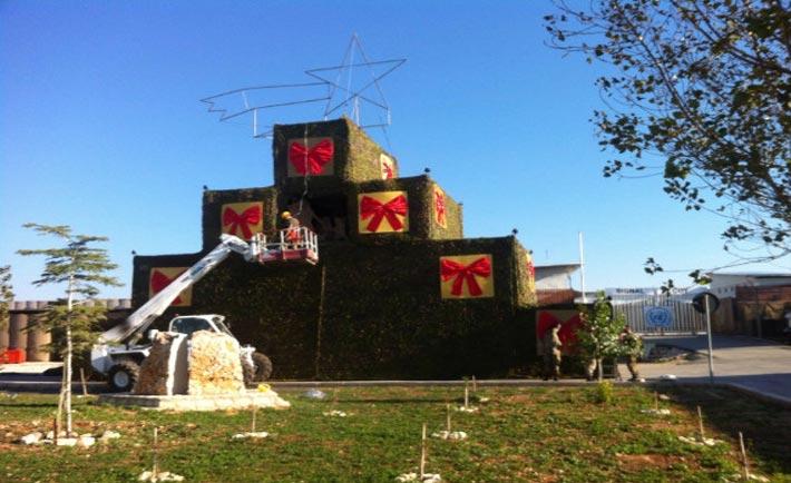 Le fasi di montaggio dell'albero di Natale a Shama