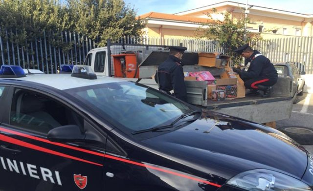Il materiale sequestrato dai Carabinieri di Crotone