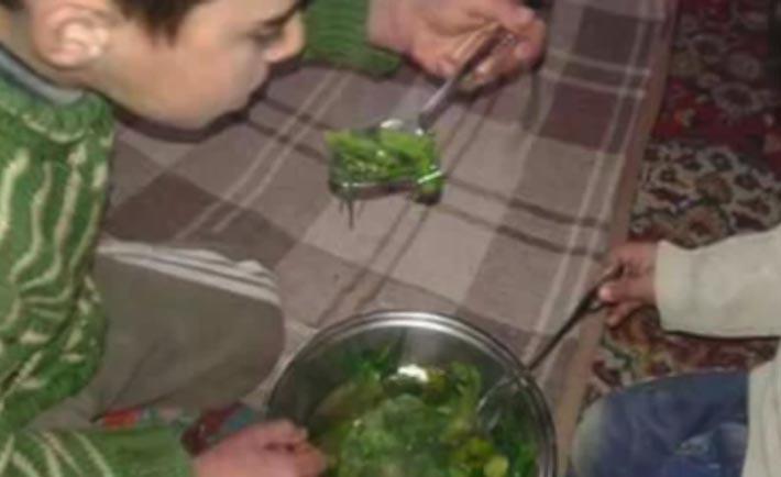 Siria, bambini mangiano erba