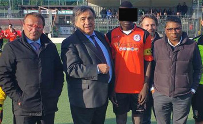Il minore straniero A.T in una foto di gruppo con il sindaco Leoluca Orlando