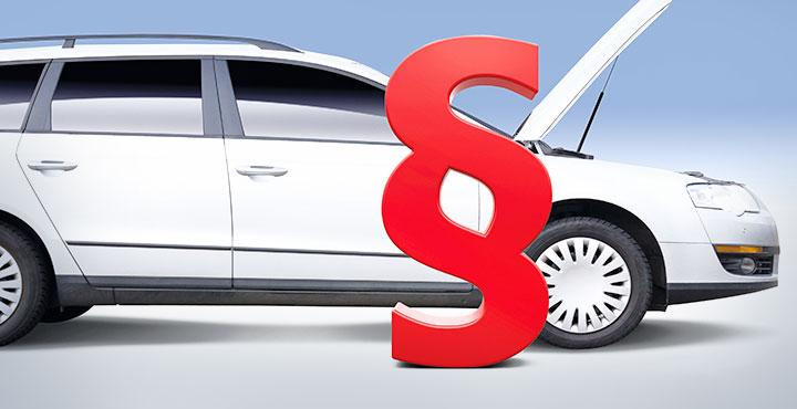Paragrafenzeichen vor Auto mit offener Motorhaube