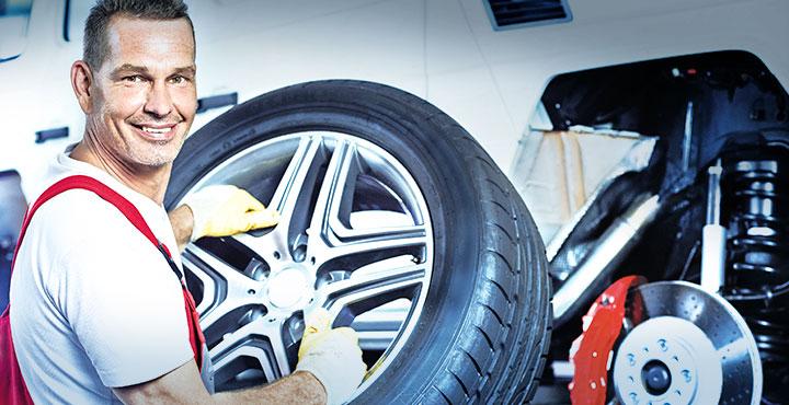 Mechaniker beim Räderwechsel