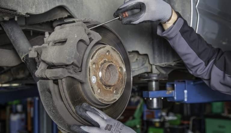 Reinigung des Autos im Bereich der Reifen
