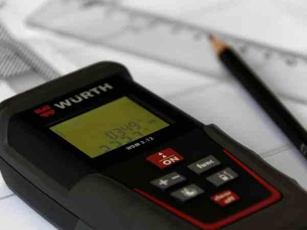 Mithilfe von Laser Entfernungsmesser, lassen sich Abstände sehr viel präziser messen, als mechanische Mess-Stäbe. (Foto:Bru-nO / pixabay.com)