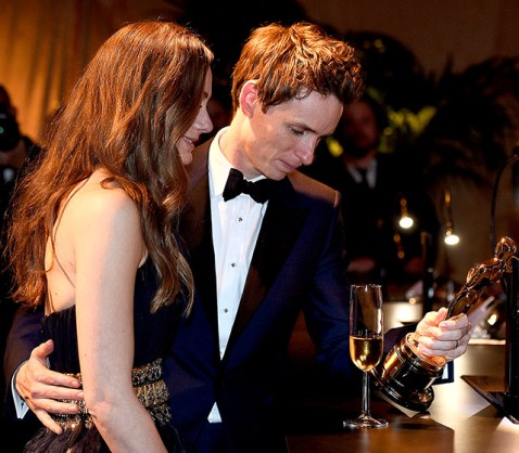 Eddie Redmayne shared a touching moment with his new wife Hannah Bagshawe as they admired his new trophy at the Governors Ball