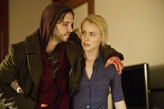 """12 MONKEYS -- """"Pilot"""" Episode 101 -- Pictured: (l-r) Aaron Stanford as Cole, Amanda Schull as Railly -- (Photo by: Alicia Gbur/Syfy)"""
