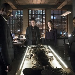 """The Flash -- """"Who is Harrison Wells?"""" -- Image FLA119A_0266b -- Pictured (L-R): Jesse L. Martin as Detective Joe West, Grant Gustin as Barry Allen, Danielle Panabaker as Caitlin Snow, and Carlos Valdes as Cisco Ramon -- Photo: Katie Yu /The CW -- �© 2015 The CW Network, LLC. All rights reserved."""