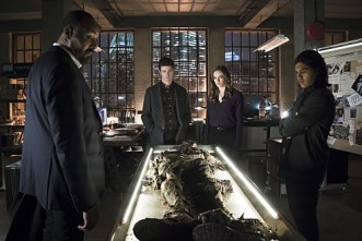 "The Flash -- ""Who is Harrison Wells?"" -- Image FLA119A_0266b -- Pictured (L-R): Jesse L. Martin as Detective Joe West, Grant Gustin as Barry Allen, Danielle Panabaker as Caitlin Snow, and Carlos Valdes as Cisco Ramon -- Photo: Katie Yu /The CW -- © 2015 The CW Network, LLC. All rights reserved."