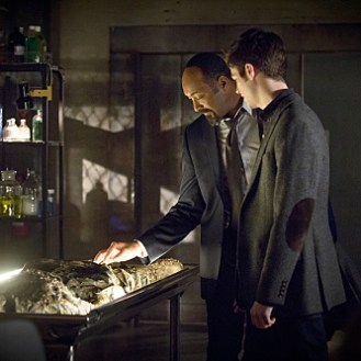 """The Flash -- """"Who is Harrison Wells?"""" -- Image FLA119A_0334b-- Pictured (L-R): Jesse L. Martin as Detective Joe West and Grant Gustin as Barry Allen -- Photo: Katie Yu /The CW -- �© 2015 The CW Network, LLC. All rights reserved."""