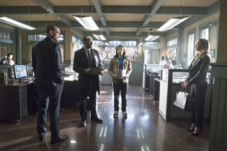 """The Flash -- """"Who is Harrison Wells?"""" -- Image FLA119B_0206b -- Pictured (L-R): Paul Blackthorne as Quentin Lance, Jesse L. Martin as Detective Joe West, Carlos Valdes as Cisco Ramon, and Katie Cassidy as Laurel Lance -- Photo: Katie Yu /The CW -- © 2015 The CW Network, LLC. All rights reserved"""