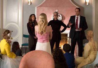 """SCREAM QUEENS: Pictured L-R: Billie Lourd as Chanel #3, Nasim Pedrad as Gigi, Emma Roberts as Chanel Oberlin, Jamie Lee Curtis as Dean Cathy Munsch, Jim Klock as Detective Chisolm and Abigail Breslin as Chanel #5 in """"Hell Week,"""" the second part of the special, two-hour series premiere of SCREAM QUEENS airing Tuesday, Sept. 22 (8:00-10:00 PM ET/PT) on FOX. ©2015 Fox Broadcasting Co. Cr: Steve Dietl/FOX."""