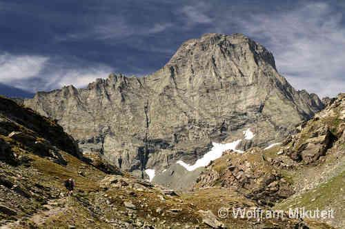 """Von Ceres verkehren Busse in die Talschlüsse. In jene hochattraktiven Bergregionen, in denen sich die Gründerväter des italienischen Alpenvereins ihre ersten Sporen verdienten - zum Beispiel auf 3.604 Metern Höhe mit der """"Bewzingung"""" der Uia di Bessanese."""