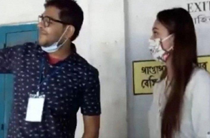 মিমির সঙ্গে সেলফি তুলে বরখাস্ত পোলিং অফিসার - West Bengal News 24