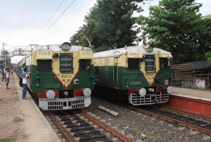 করোনার স্তব্ধ হাওড়া-শিয়ালদহ শাখার বহু ট্রেন, দেখে নিন তালিকা - West Bengal News 24