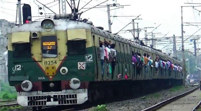 সংক্রমিত হচ্ছে রেল কর্মীরা, কমছে লোকাল ট্রেনের সংখ্যা - West Bengal News 24