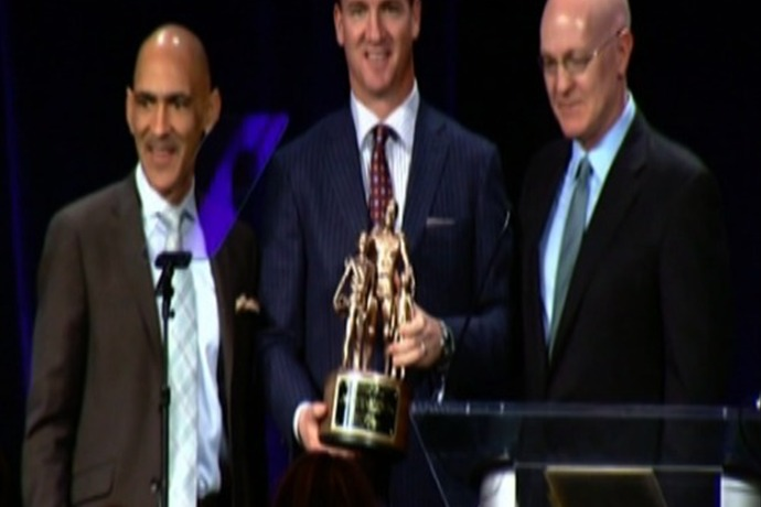 Manning Adds Bart Starr Award to Collection _-8503525840852007914