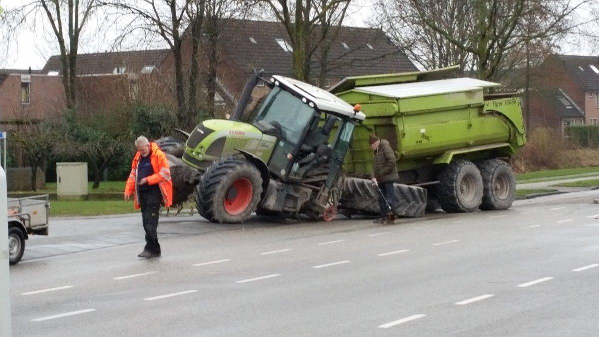 Tractor verliest wiel op de Rivierweg