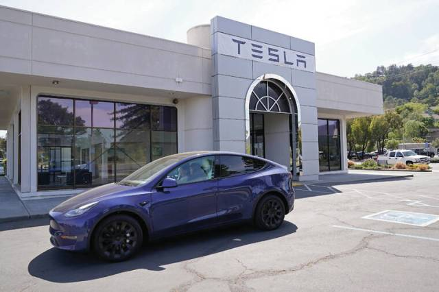 'A very big deal': Federal safety regulator takes aim at Tesla Autopilot