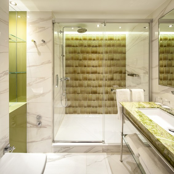 Classic_double_room_bathroom