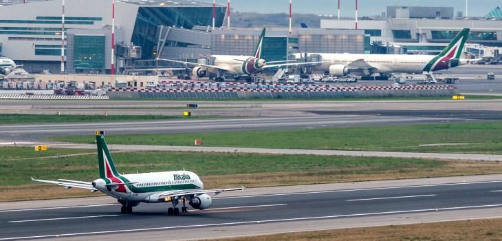 Un volo Alitalia in pista, sullo sfondo il terminal T3 dell'aeroporto di Roma Fiumicino