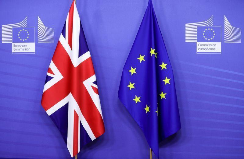 Bandiere della Gran Bretagna e dell'Unione europea fotografate prima dell'incontro tra la presidente della Commissione Ue Ursula von der Leyen e il premier britannico Boris Johnson a Bruxelles, Belgio, 10 dicembre 2020.