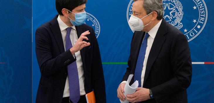 """Roberto Speranza e Mario Draghi al termine della conferenza stampa del 16 aprile 2021, durante la quale hanno illustrato la """"road map"""" per le riaperture."""