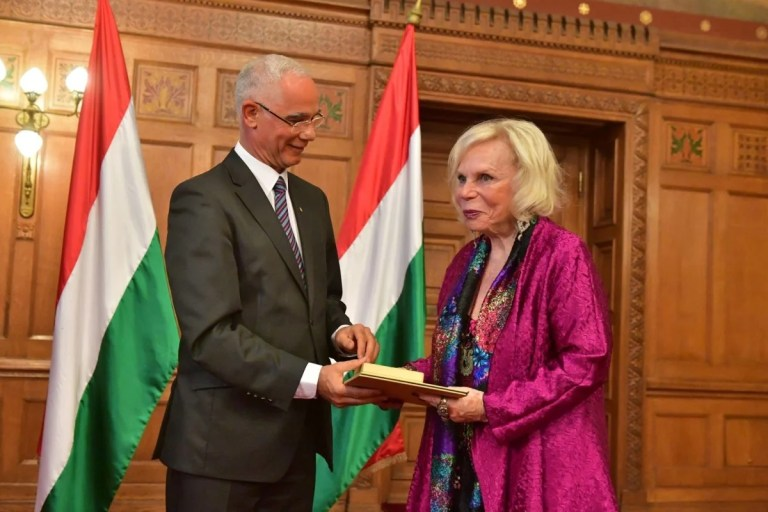 Yvonne Kalman receiving the Pro Cultura Hungarica prize from Hungary's culture minister in the House of Parliament. (Photo: Budapesti Operettszínház)