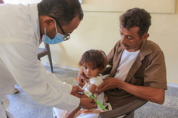 A child in Hajjah is diagnosed with moderate acute malnutrition. Photo: WFP/Issa Al-Ragh