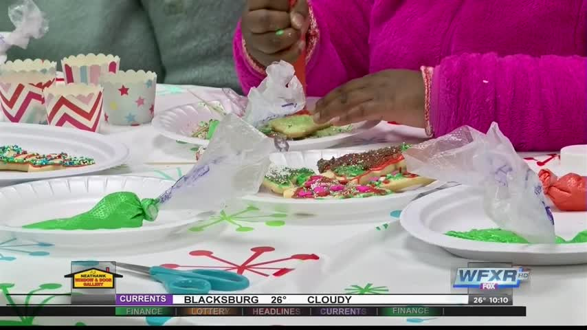 Children decorate christmas cookies at Rescue Mission_25668730