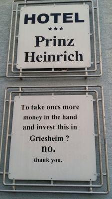 """Ein Bild sagt oft mehr als tausend Worte. Der englische Text  lautet:""""Noch einmal Geld in die Hand nehmen und in Griesheim  investieren? Nein, danke!"""" Das sagt alles über die Gewerbeförderung in  Griesheim!"""