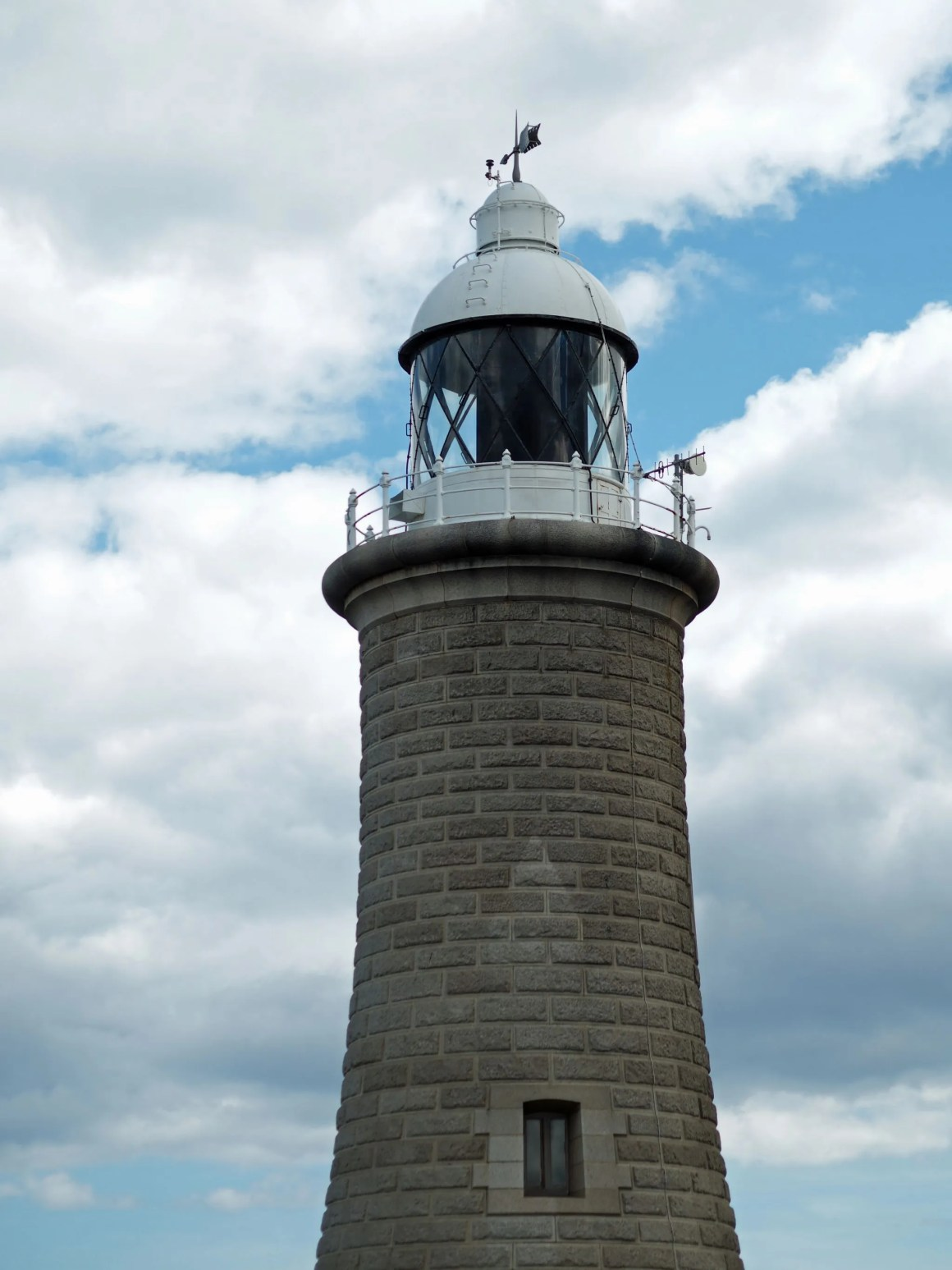 tynemouth-north-pier-lighthouse-blue-sky