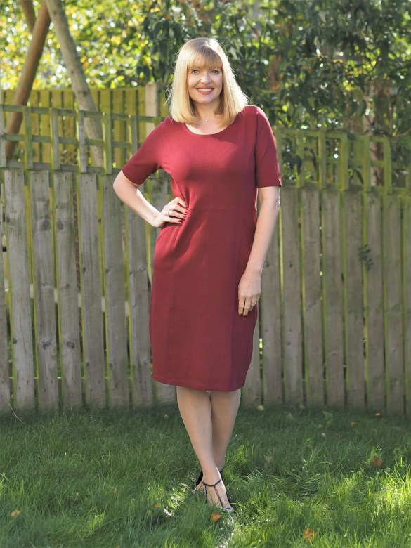 garnet jersey dress with short sleeves and pockets