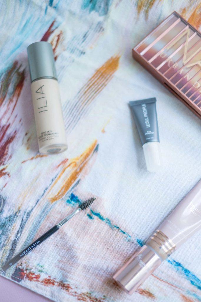 What's In My Fall Makeup Bag- Regular & Non-Toxic Beauty #whatsavvysaid #fallmakeup #makeupbag #hudabeauty #w3llpeople #hudabeauty #ecobrow #browpomade