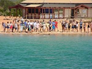 crowd-feeding-the-dolphins_w725_h544