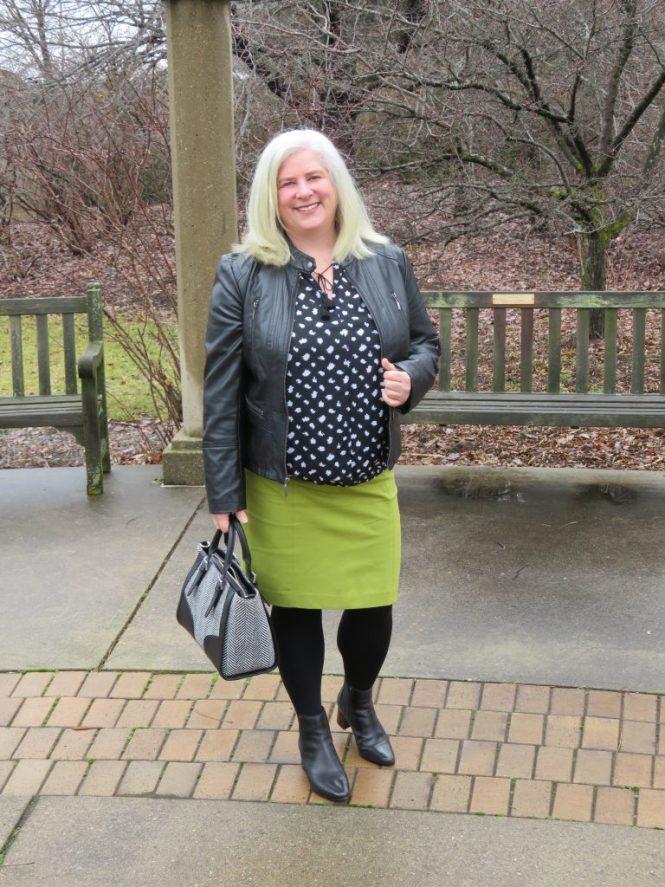 Great spring blouse for apple-shaped women - www.whenthegirlsrule.com