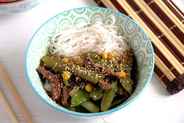 beef with green onions 768x512 Aromatic Beef Rice Noodles Bowl with Green Onions