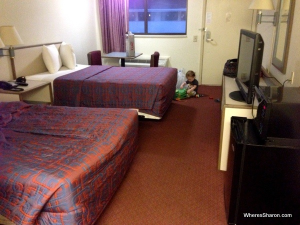 hotel room with double beds, tv, microwave and firdge in red roof in ridgeway