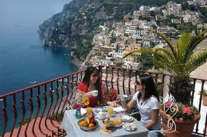 positano-balcony2-girls