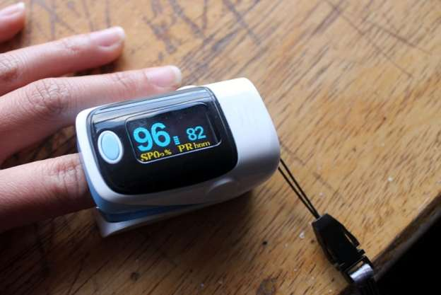 Finger pulse blood oxygen meter