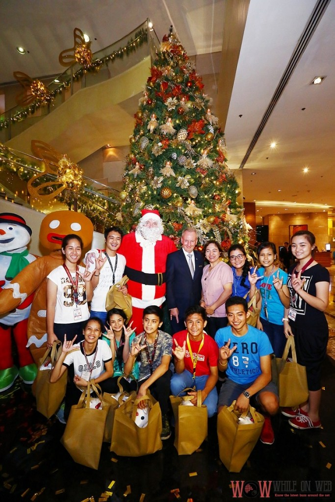 Children from Philippine School for the Deaf together with officer in charge, Dr. Rosalie R. Cordes, expressing their gratitude to Marriott for their efforts in supporting of the institution. Carrying their early presents, the student's posses with Santa and Marriott Manila's General Manager, Bruce Winton