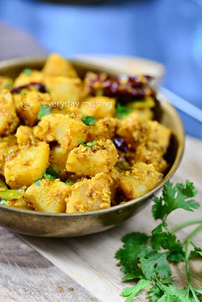 Til wale Sookhe Aloo recipe, How to make Til wale Sookhe Aloo  or Potatoes with Sesame Seeds cooked with Indian Spices