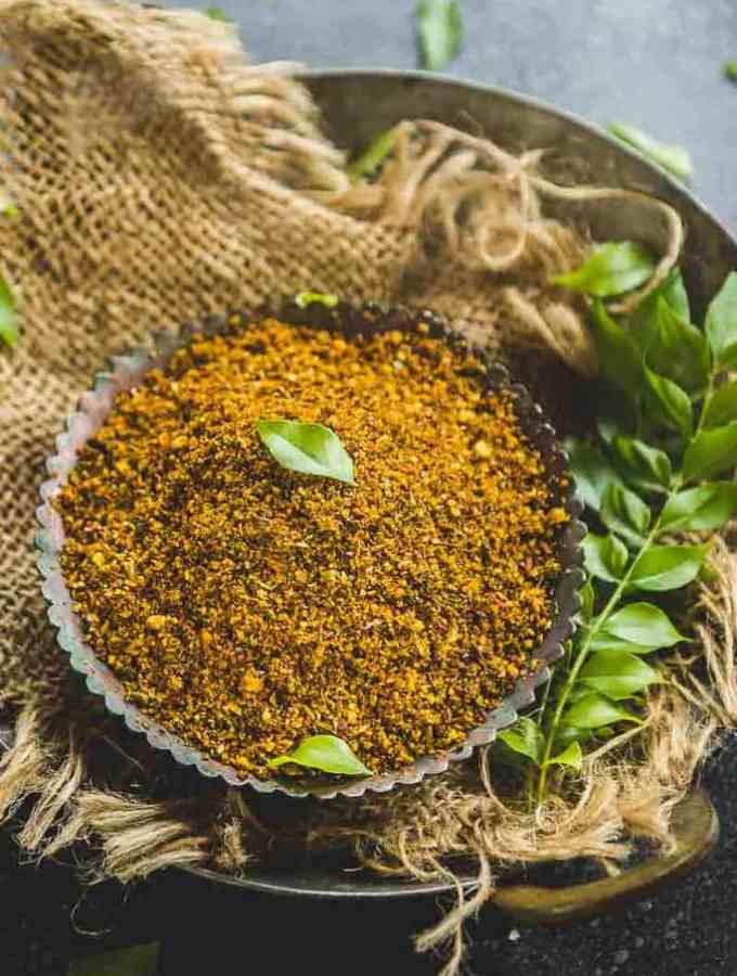 Karivepaku Podi brings together a refreshing flavour of curry leaves, spices and it is ideal to be served with a bowl of rice or with idlis.