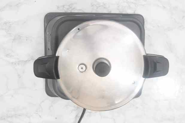 Lid of the pressure cooker closed.