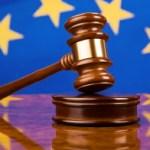 Richterhammer vor europäischer Flagge Fahne