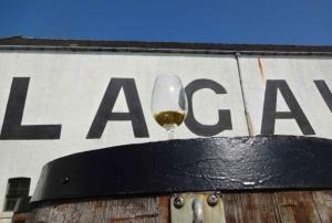 Whiskyglas auf Fass vor Lagavulin Warehouse