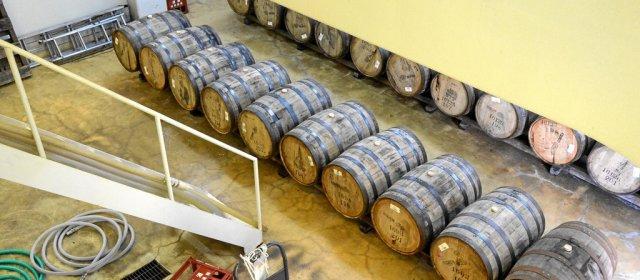 Fässer in der Produktionshalle