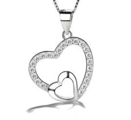 Découvrez notre pendentif coeur Jeanne Grey en argent 925 avec des zircons transparents by White Alpina. Pendentif pour femmes. En outre ce magnifique bijou est livré dans un écrin avec une chaîne. D'autre part, White Alpina propose ce pendentif en argent 925 brillant.
