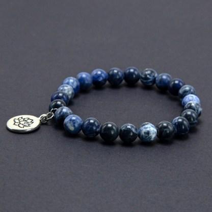 Magnifique Bracelet en Sodalite 8mm avec charms Lotus en acier. Finition brillant